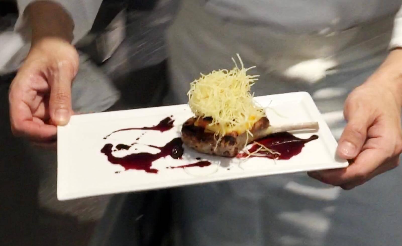【シェフが教えるレシピ】カリフォルニアの風を感じる「オーストラリア産ラムチョップのソテー カリフォルニア赤ワインソース」