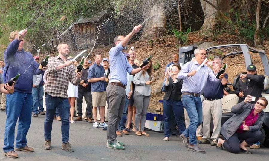 8月、スパークリングワインの収穫と醸造開始を祝う